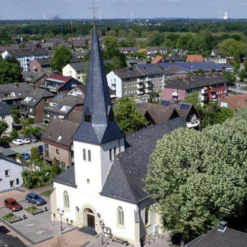 Luftbild der Dorfkirche Neukirchen