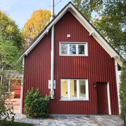 Ein rotes Haus mit Spitzdach