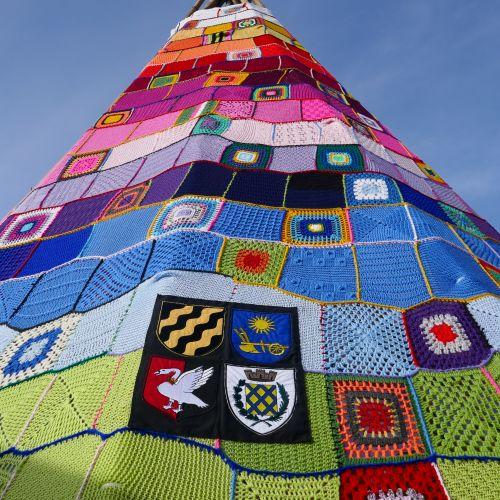 Wappen der Stadt Neukirchen-Vluyn und der Partnerstädte Ustron, Mauvaux und Buckingham auf dem Stricktipi ©