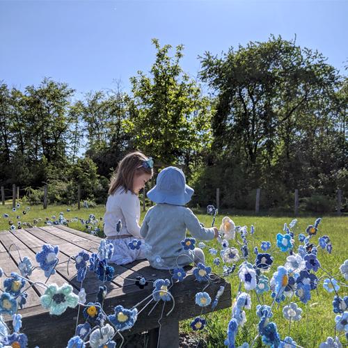 Kinder im Flachsblütenfeld ©